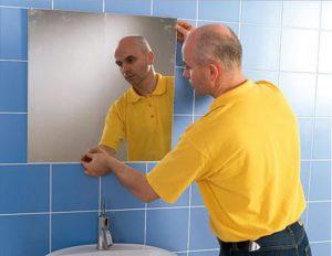 Как правильно повесить зеркало на стену в ванной