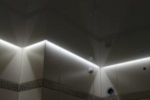 Освещение в ванной комнатес натяжным потолком